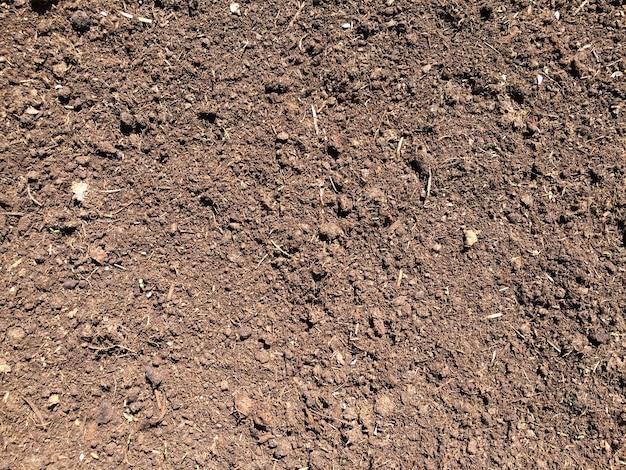 Коричневый фон текстуры почвы вид сверху на темную поверхность земли