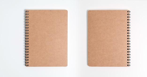 흰색 background.top보기에 고립 된 갈색 나선형 노트북