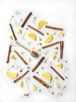 Коричневые палочки и ломтики лимона
