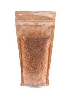 공예 종이 가방에 갈색 설탕. 벌크 제품용 플라스틱 창이 있는 doy-pack. 확대. 흰색 배경. 외딴.