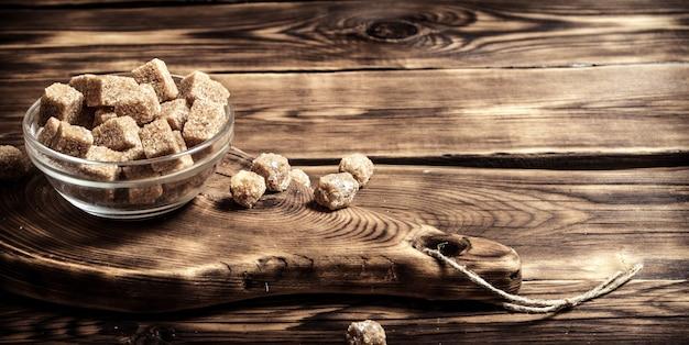 木製のテーブルの上のカップの黒糖。