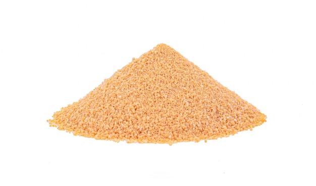 Коричневый сахар на белом фоне
