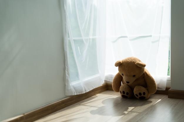 床に茶色のテディベア