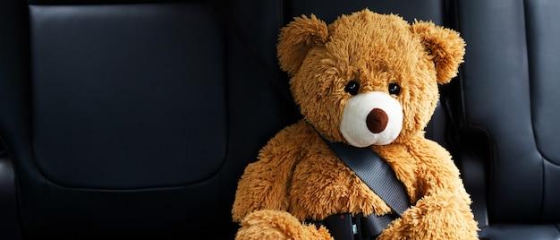 자동차 안전 벨트를 착용하는 갈색 테디 베어