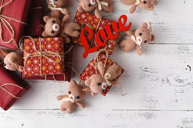 Коричневые мишки с красной подарочной коробке на белом