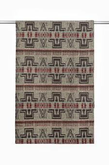 Коричневый текстильный фон из шерстяного пледа с крупным планом геометрического узора, изолированного на белом
