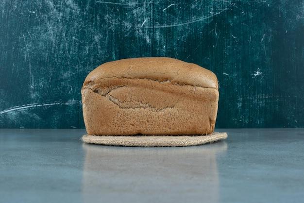 대리석 표면에 갈색 토스트 빵입니다.
