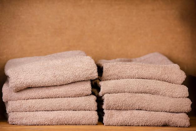 Коричневые полотенца сидят на полке