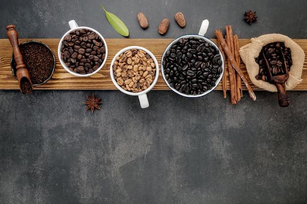 커피 컵에 갈색 unroasted 및 어두운 볶은 커피 콩
