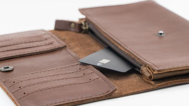 흰색 바탕에 신용 카드 1개가 있는 갈색 지갑. 확대