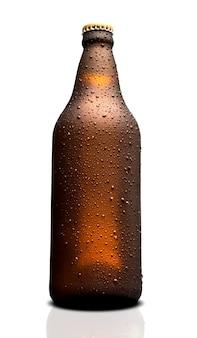 Коричневая влажная бутылка пива, изолированные на белом фоне