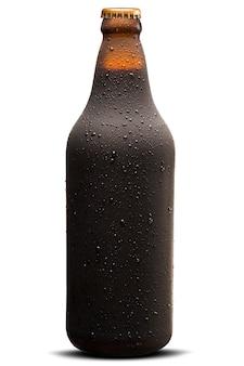 Коричневая влажная бутылка черного пива, изолированные на белом фоне
