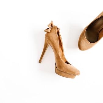 Коричневые туфли на высоком каблуке женщина, изолированные на белом фоне