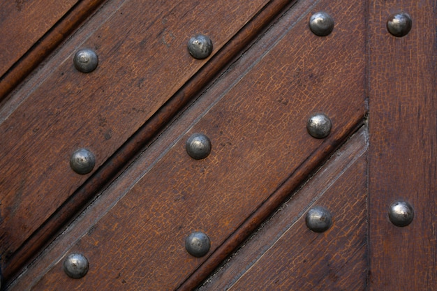 釘が付いているストラップから作られた茶色の木の背景。クローズアップ写真