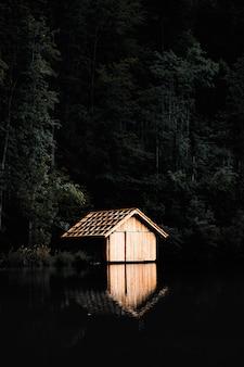 Коричневый деревянный домик возле озера