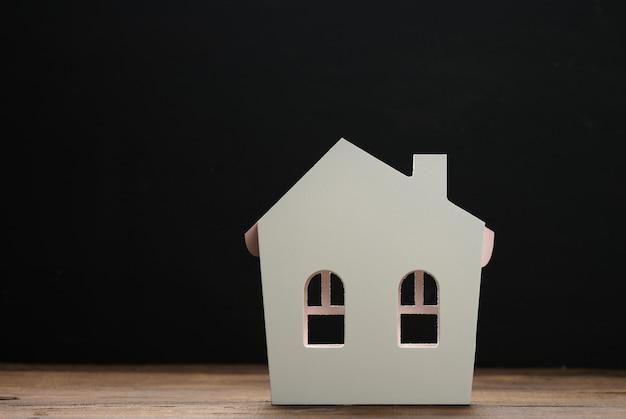 갈색 바탕에 갈색 목조 주택입니다. 부동산 임대, 구매 및 판매 개념입니다. 부동산 서비스, 건물 수리 및 유지 보수, 복사 공간