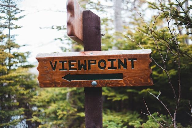 ビーチの看板に茶色の木製看板