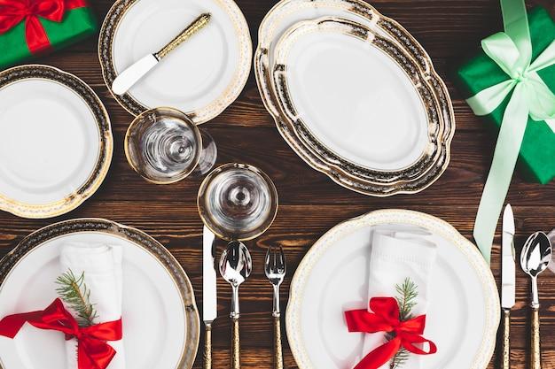 美しいクリスマステーブルの設定と茶色の木製テーブル