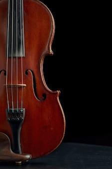 レトロなスタイルの茶色の木製バイオリン、クローズアップビュー、誰も。クラシック弦楽器、音楽芸術、古いビオラ