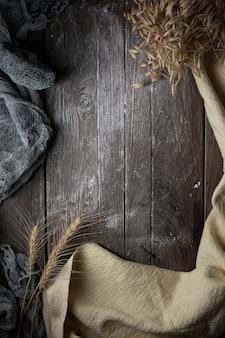 板テクスチャ壁の背景と薄い白い布と茶色の木製