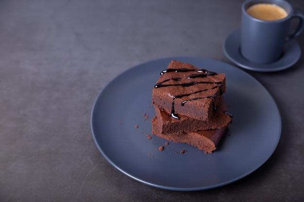 초콜릿 소스를 곁들인 브라우니 케이크. 수제 초콜릿 디저트. 인기있는 다크 초콜릿 케이크.