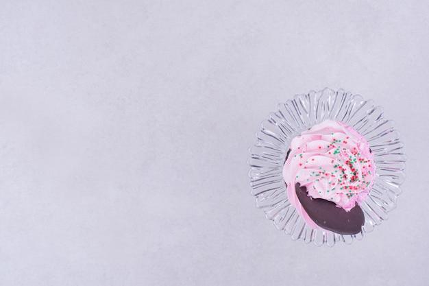 핑크 크림을 얹은 브라우니 머핀
