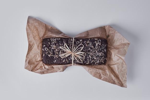 Torta di brownie su un pezzo di carta sull'azzurro.