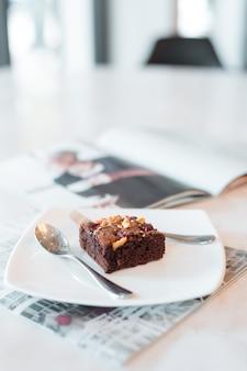 Пирожные на белых тарелках ставят на мраморные столики