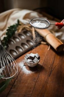 木製のテーブルにセラミックプレートとブラウニー