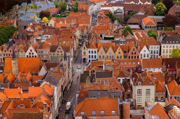 Брюгге, фландрия, бельгия, европа - 1 октября 2019 года. осенний пейзаж средневекового города всемирного наследия брюгге (брюгге) с высоты птичьего полета колокольни.