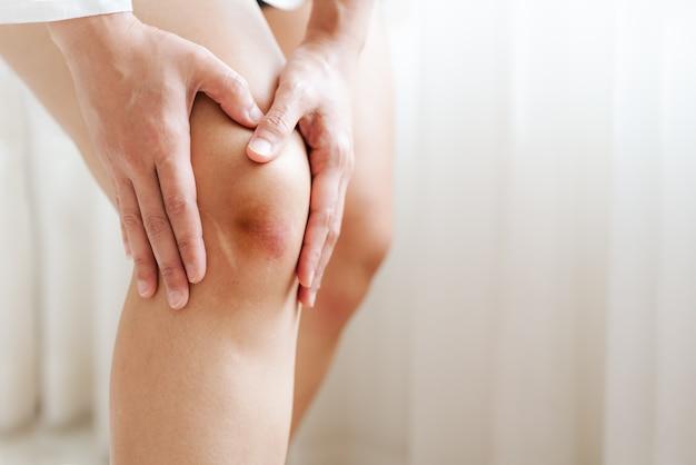 아시아 여자의 상처 무릎, 선택적 초점