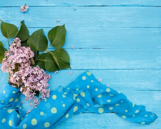 Поздний завтрак сиреневый, синий шарф на старинных бирюзовых деревянных