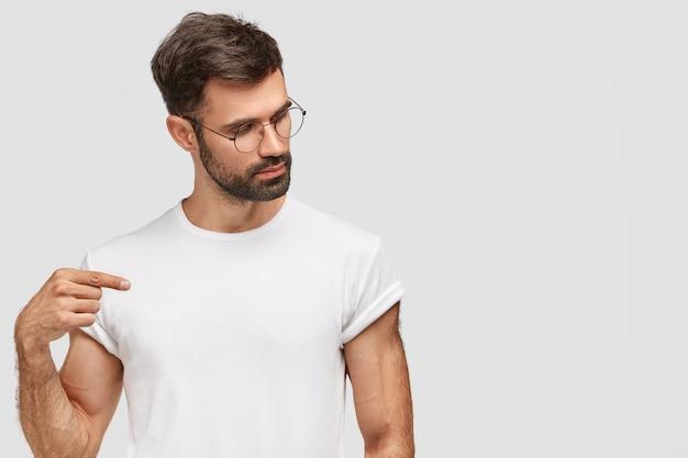 둥근 안경과 흰색 티셔츠를 입고 검은 머리 남자