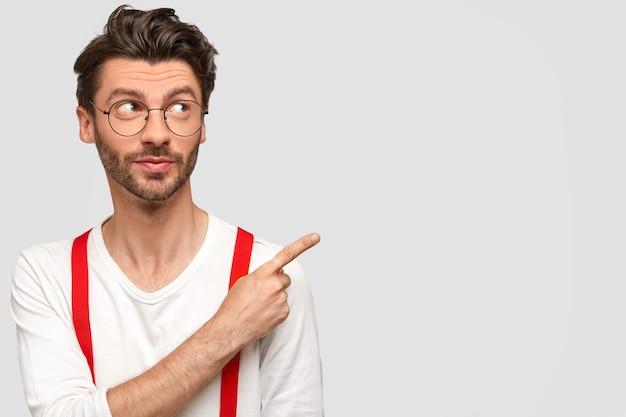 둥근 안경과 흰색 셔츠를 입고 검은 머리 남자