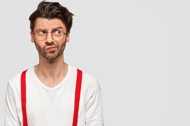 Brunet man wearing round glasses and white shirt