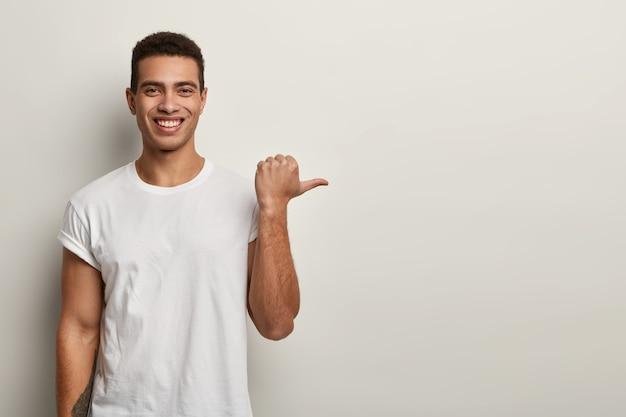 T-shirt bianca da portare dell'uomo brunet