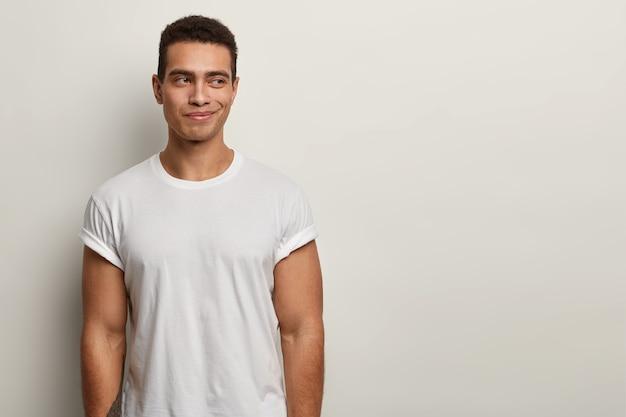 Brunet man wearing white t-shirt