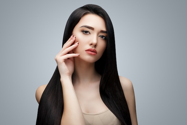 Азиатская брюнетка с длинными прямыми волосами