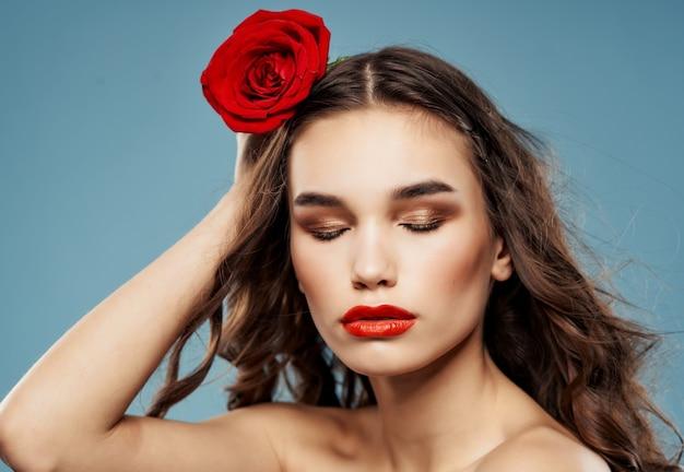 ブルネットの魅力的な外観のバラの花赤い唇の魅力。高品質の写真