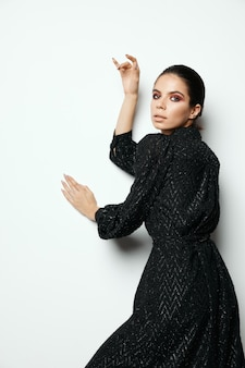 ブルネットの黒いドレスモダンなスタイルのグラマーファッションライト