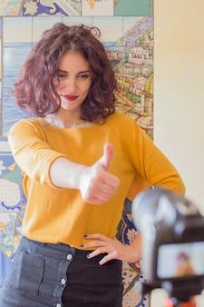 Брюнетка блоггер записывает видео