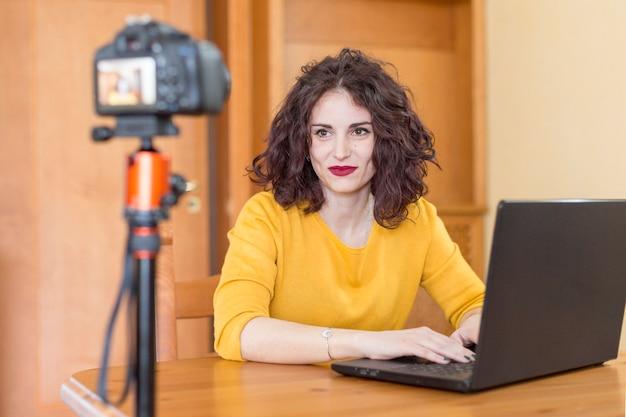 Брюнетка-блогер пишет на ноутбуке