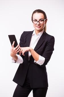 갈색 머리 비즈니스 우먼 ebook 태블릿 pc 노트북과 흰색에 파란색 정장을 읽고
