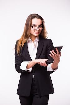 Брюнетка деловая женщина, читающая электронную книгу, планшетный пк, ноутбук и синий костюм на белом