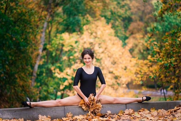 秋の森、公園のブルネットの女性。スポーツ、スレンダーボディ、下着