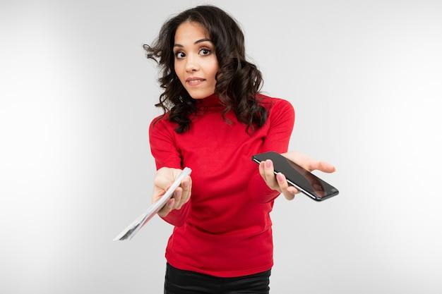 Девушка брюнетка держит показывает свои деньги в руках с копией пространства