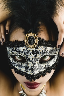 Брюнетка девушка с белой венецианские маски