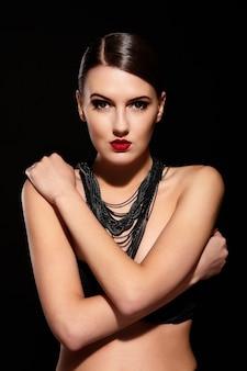 Брюнетка девушка с ожерельем на черном