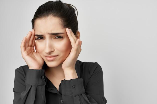 ブルネット頭痛不満トラブル明るい背景