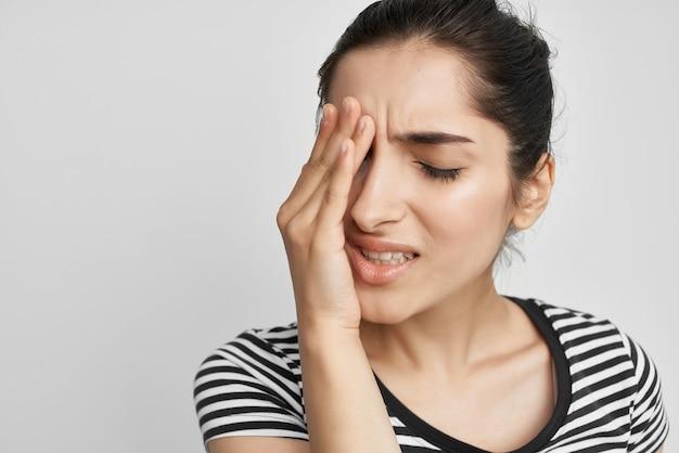 Брюнетка, головная боль, болезненный синдром, дискомфорт, проблемы со здоровьем. фото высокого качества